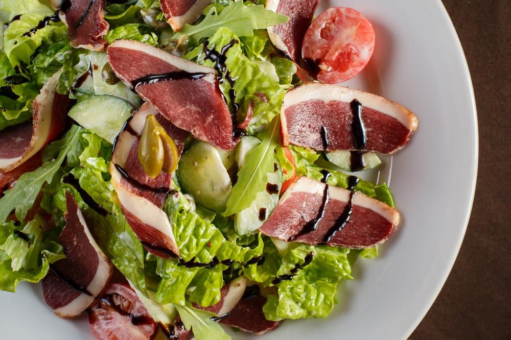 Очень вкусный, небанальный салат, готовится за считанные минуты!